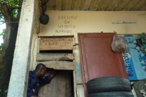 Amigos de la colline RCN Justice & Démocratie offre un accompagnement méthodologique et logistique aux procureurs de la République pour contrôler régulièrement les cachots des commissariats de la ville de Kinshasa. En mai 2003, ce sont 45 personnes irrégulièrement gardées à vue dans 8 cachots différents qui ont été relâchées.